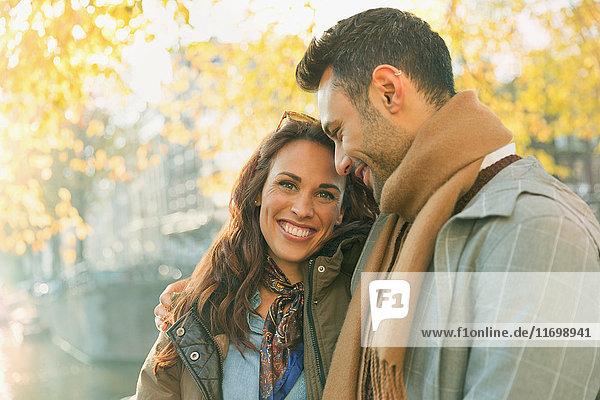 Portrait lächelndes  liebevolles Paar auf der Herbststraße