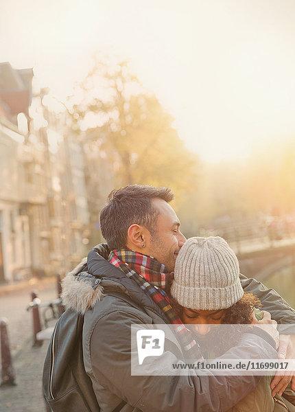 Zärtliche Paarumarmung auf städtischer Straße