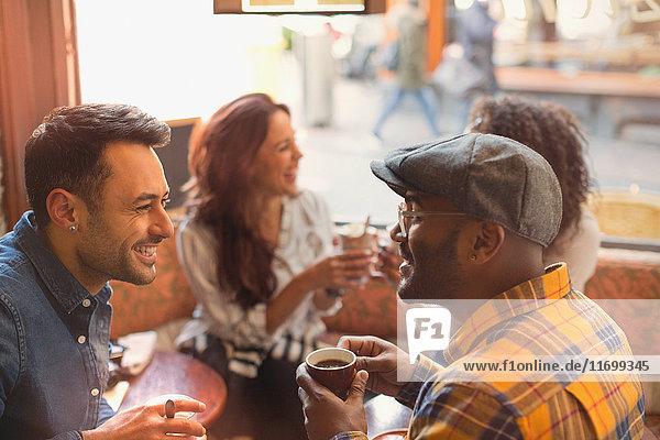 Freunde reden und trinken Kaffee im Cafe