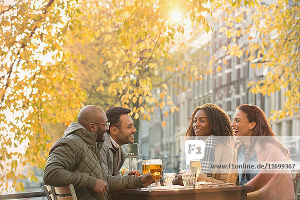 Freunde trinken Bier im Outdoor-Herbstcafé