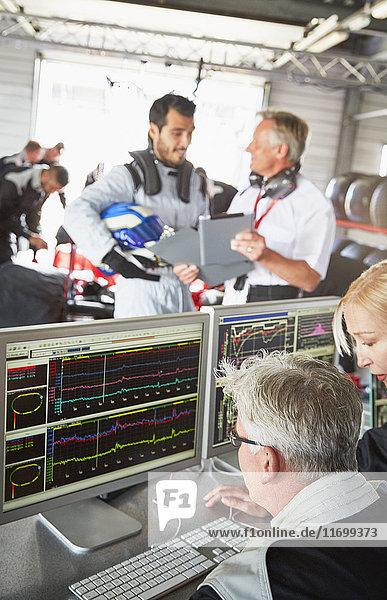 Formel-1-Team bei der Diagnose in der Werkstatt