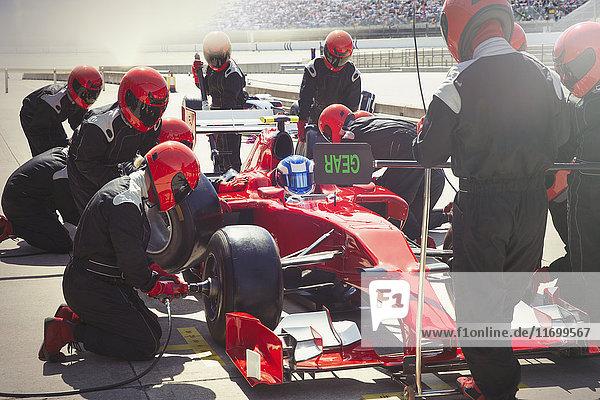 Boxenmannschaft ersetzt Reifen auf Formel-1-Rennwagen in der Boxengasse