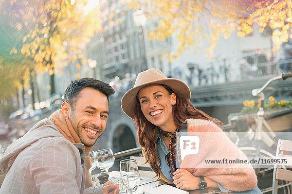 Portrait lächelndes junges Paar im städtischen Herbstcafé