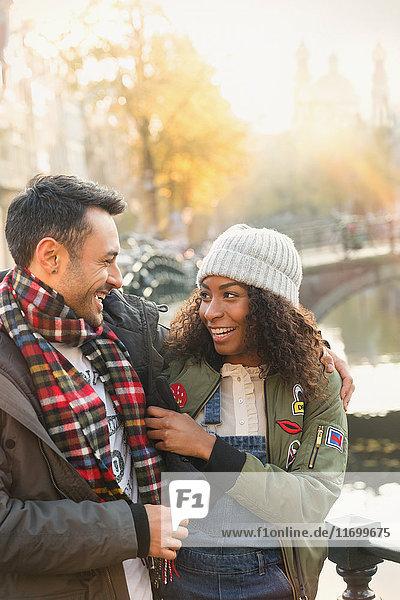 Zärtliche Paarumarmung am Herbstkanal