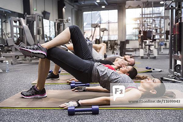 Gruppe von Sportlern  die im Fitnessstudio trainieren