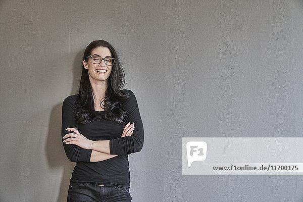 Porträt einer glücklichen jungen Frau mit Brille