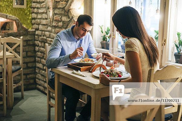 Paar beim Abendessen in einem Restaurant