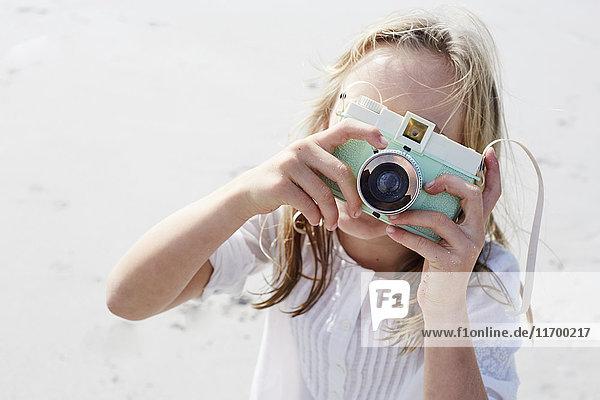 Kleines Mädchen fotografiert mit der Kamera