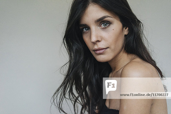 Porträt der attraktiven dunkelhaarigen jungen Frau