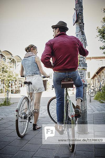 Deutschland  Hamburg  St. Pauli  Paar erkundet die Stadt mit dem Fahrrad