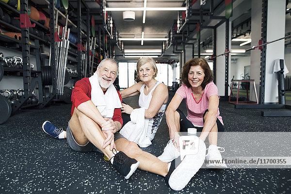 Gruppe von fitten Senioren  die sich nach dem Training im Fitnessstudio ausruhen.