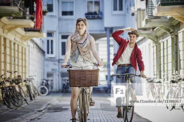 Germany  Hamburg  St. Pauli  Couple exploring the city on their bicycles