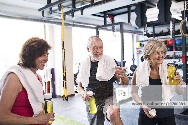 Gruppe von fitten Senioren im Fitnessstudio bei einer Pause