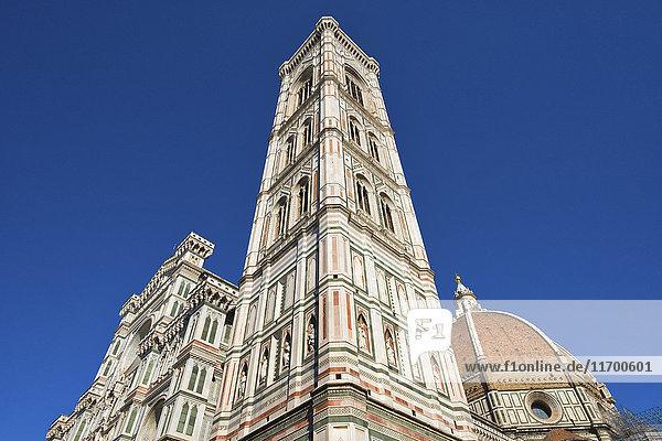 Italien  Florenz  Blick auf Campanile di Giotto und Basilika di Santa Maria del Fiore von unten
