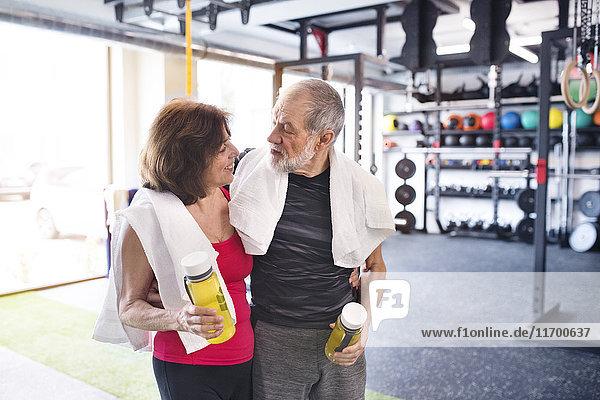 Fit Seniorenpaar in der Turnhalle in der Pause