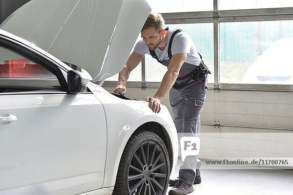 Kfz-Mechaniker in einer Werkstatt im Auto