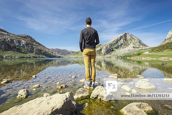 Spanien  Asturien  Picos de Europa Nationalpark  Mann an den Seen von Covadonga