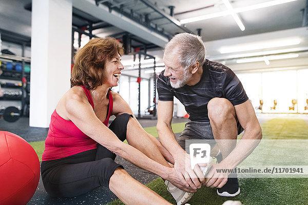 Glückliches Seniorenpaar beim Training im Fitnessstudio