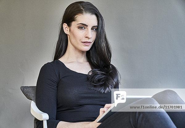Portrait einer jungen Frau mit Tablette