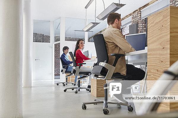 Gruppe von Leuten  die im kreativen Büro arbeiten und Inhalte suchen
