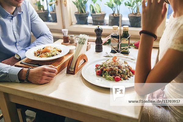 Paar beim Abendessen in einem Restaurant  Teilansicht