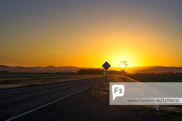Australien  Queensland  Landschaft bei Mackay  Straße bei Sonnenuntergang
