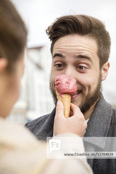 Porträt eines jungen Mannes mit lustigen Gesichtern