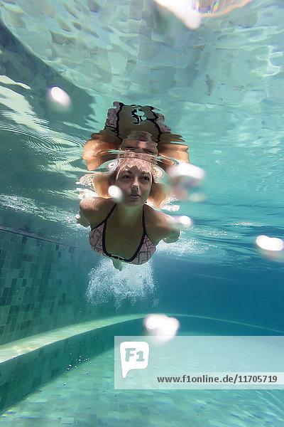 Frau unter Wasser im Schwimmbad