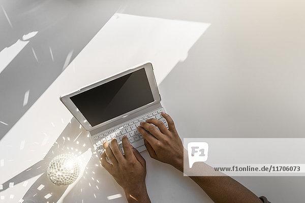 Nahaufnahme der männlichen Handschrift auf dem Tablett am Fenster