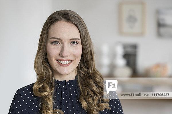 Porträt einer lächelnden Frau mit Blick in die Kamera