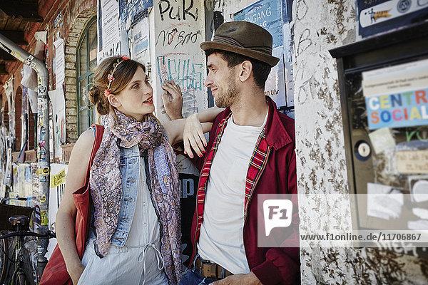 Deutschland  Hamburg  St. Pauli  Paar in der Stadt stehend  sich gegenseitig anschauend