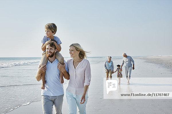 Glückliche Großfamilie beim Strandspaziergang