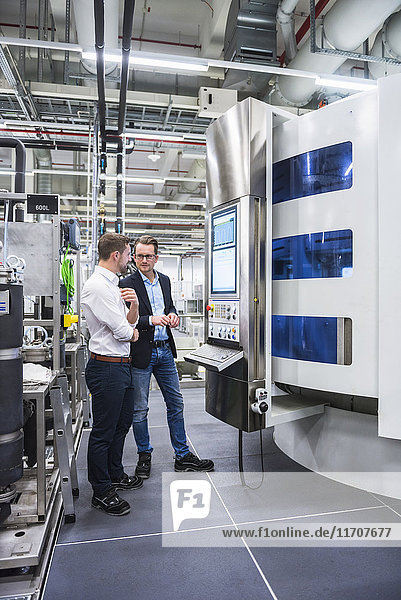 Zwei Männer reden im Fabrikverkauf