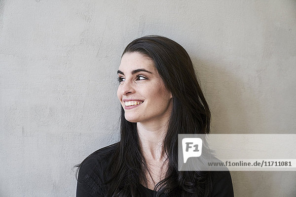 Lächelnde junge Frau schaut zur Seite