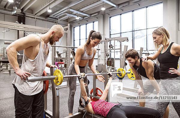 Gruppe von Menschen in der Turnhalle Training Gewichtheben