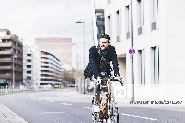Geschäftsmann auf dem Fahrrad in der Stadt