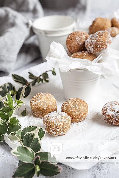 Donutlöcher  bedeckt mit Vanillezucker