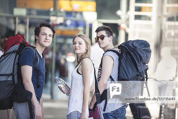 Jugendliche reisen mit Rucksäcken  erkunden Berlin