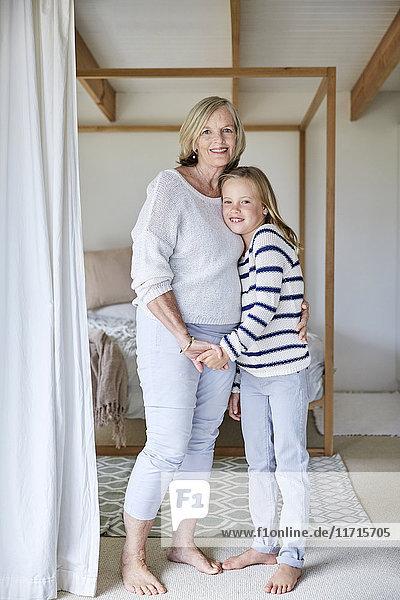 Porträt des kleinen Mädchens mit seiner Großmutter zu Hause