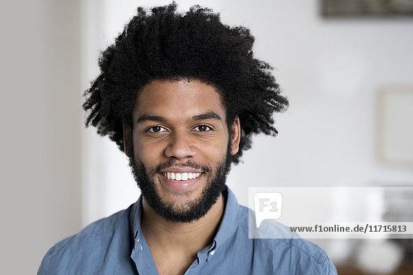 Porträt eines lächelnden Mannes mit Blick in die Kamera