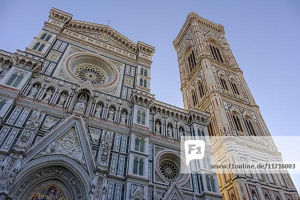 Italien  Florenz  Blick zur Basilika Santa Maria del Fiore und Campanile di Giotto von unten bei Sonnenaufgang