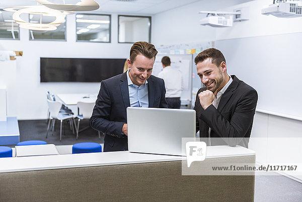 Geschäftsleute bei einer Besprechung im Konferenzraum