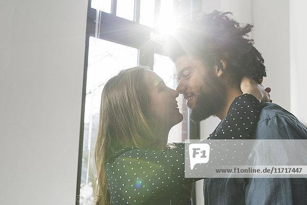 Paare  die sich umarmen und küssen.