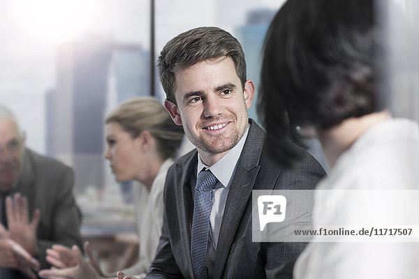 Lächelnder Geschäftsmann im Sitzungssaal