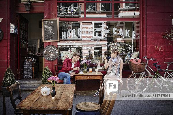 Deutschland  Hamburg  St. Pauli  Paar im Café sitzend  Kaffee trinkend