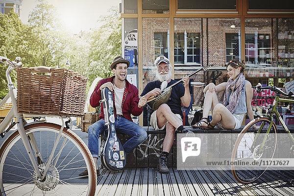 Deutschland  Hamburg  St. Pauli  Paar hört alten Seemann  macht Straßenmusik