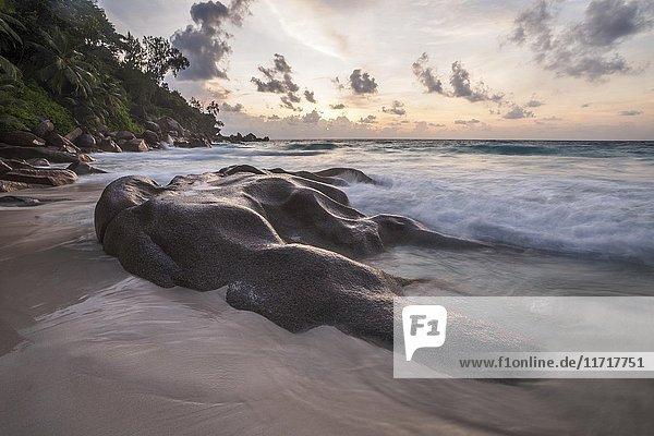 Felsformation am Strand Anse Georgette  Praslin  Indischer Ozean  Seychellen  Afrika