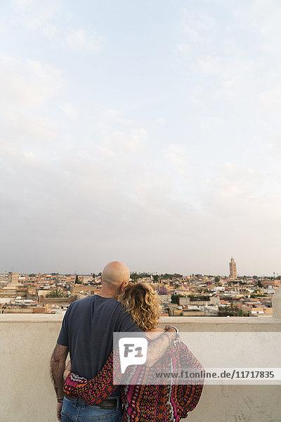 Marokko  Marrakesch  Paar mit Blick auf die Stadt