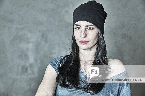 Porträt einer jungen Frau mit Mütze