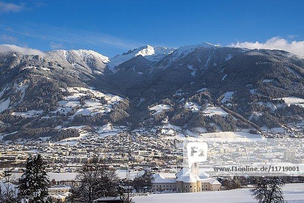 Blick auf Schwaz  Winter  hinten Kellerjoch und Arbeser  Tirol  Österreich  Europa
